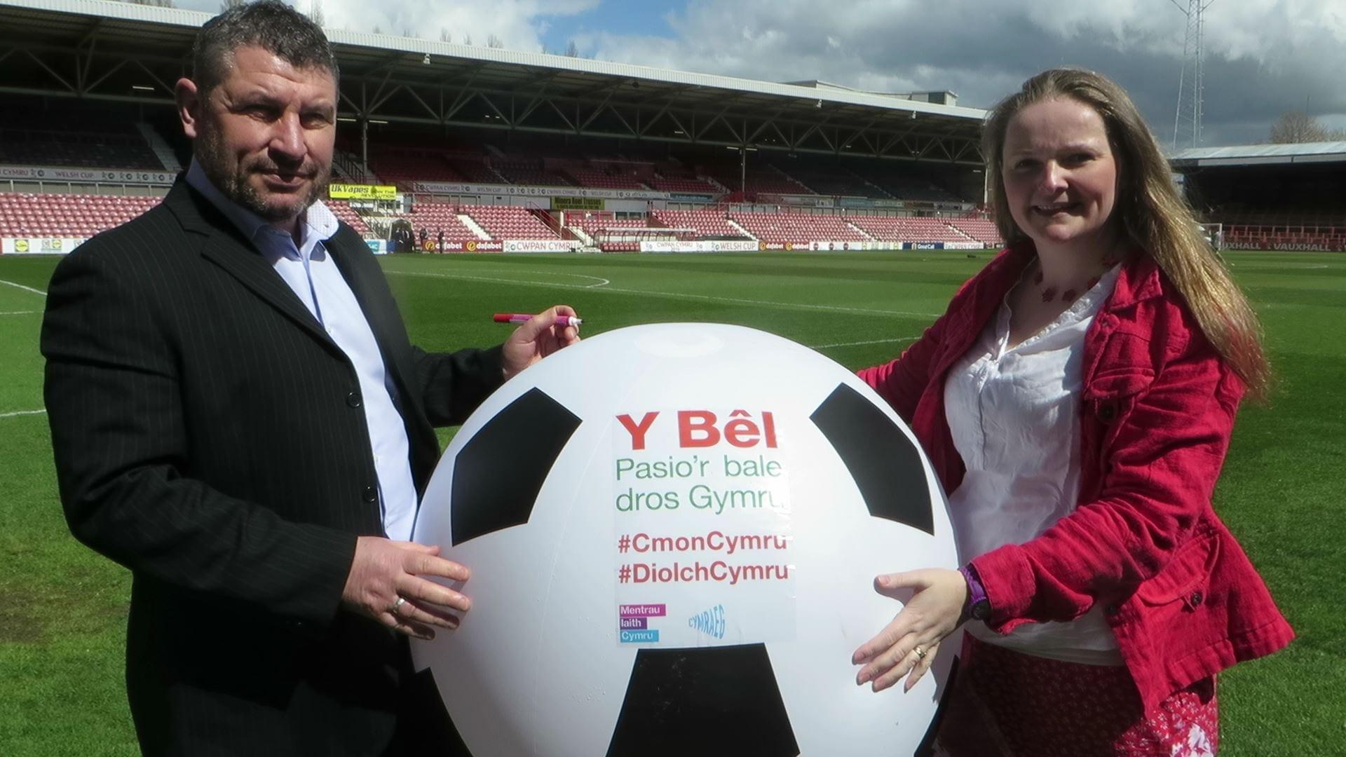 Osian Roberts yn lansio Ymgyrch Y Bêl – Pasio'r 'Bale' Dros Gymru